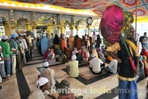 evotees at the Dargah of Hazrat Nizamuddin Auliya