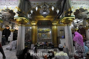 Women Reading Quran in Dargah